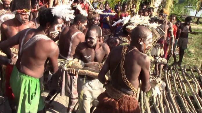 Snimljeno pleme koje je pojelo Rokfelera (VIDEO) 1