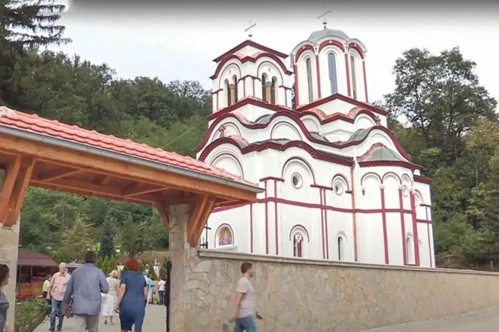ČUDO BOŽJE UOČI VASKRSA U MANASTIRU: Devojčica prohodala posle molitve pred moštima Svetog Zosima! 5
