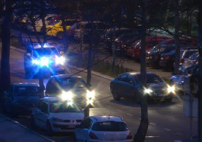 DRAMA TOKOM POLICIJSKOG ČASA: Muškarac stoji na krovu zgrade, policija i hitna pomoć na terenu! 1