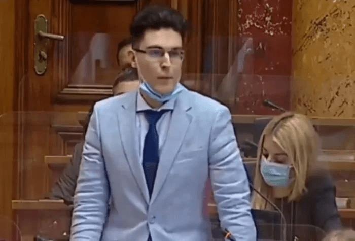 SNS MLADI MENTOL: Kmeči u skupštini Živeo Aleksandar Vučić! 1