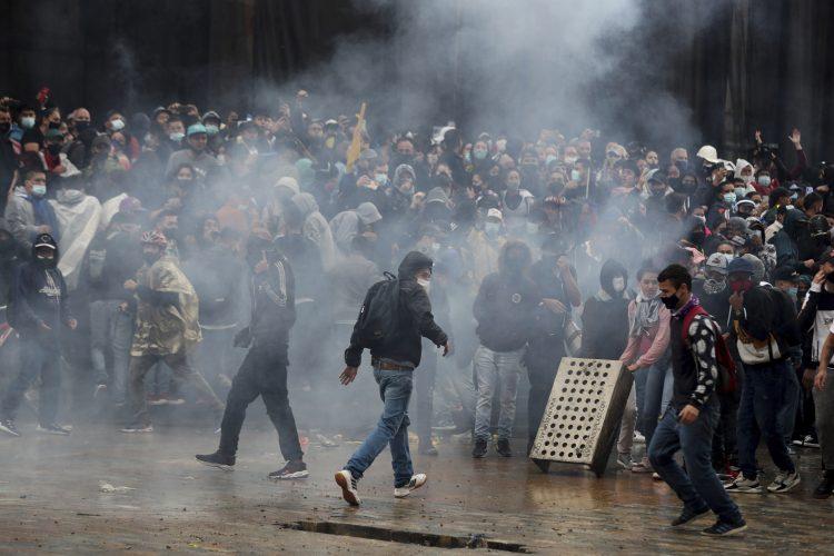 KRVAVI OBRAČUNI SA VOJSKOM I POLICIJOM: Narod protestuje, MIRA ZA VLAST BITI NEĆE! 1