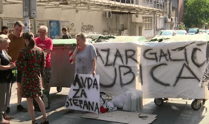 (VIDEO) DEMONSTRANTI BLOKIRALI KARABURMU: Izvukli kontejnere i napravili barikadu na ulici! 1