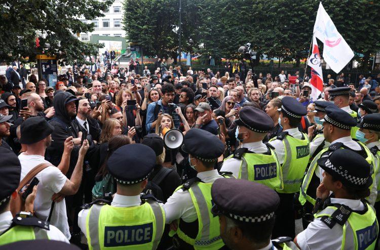 LONDON, NAROD SE BUDI: Tuča naroda i policije zbog najave vakcinacije dece! 1