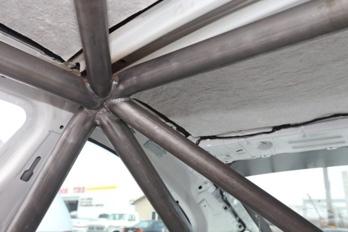 The right corner of the main hoop is tied in with the diagonal roof brace and the tube that leads to the A pillar and both back supporting braces.