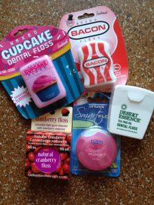 Diese Zahnseiden sind für sich genommen schon Besonderheiten mit Cupcake-, Schinken oder Cranberry-Geschmack. Die Verpackungen passen dazu.
