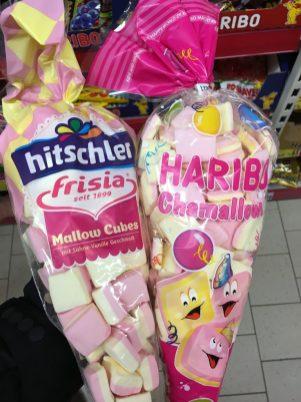 Hitschler Frisia seit 1899 Mallow Cubes und Haribo Chamallows in Spitztüten