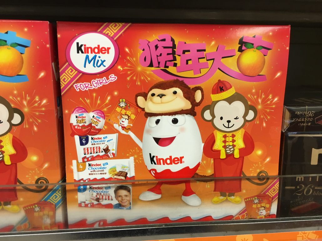 Großer Karton mit KINDER-Produkten aus Hong Kong