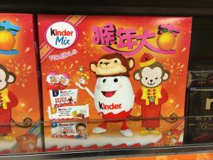 Großer Karton mit KINDER-Produkten