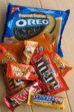 Berg vieler verschiedener Süßigkeiten mit Erdnussbutter