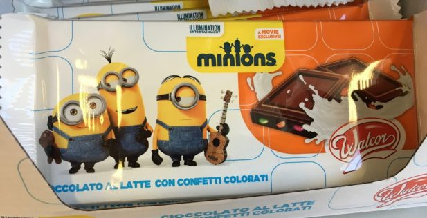 Schokolade mit bunten Linsen mit Werbung für den Minions-Film.