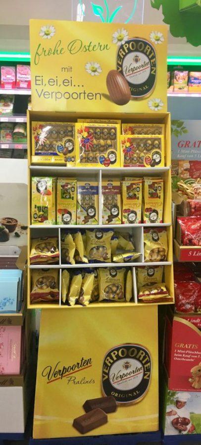 Zu Ostern investiert auch Verpoorten in einen Aufsteller, der in leuchtendem Gelb mit vielen unterschiedlicehn Fächern verschiedene Produktvarianten präsentiert.