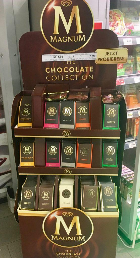 Ziemlich breit und optisch nicht besonders originell ist der Aufsteller von Magnum-Schokolade. Vielleicht ist das der Grund, warum er in dieser Edeka-Filiale etwas unpassend zwischen Durchgang zum Lage und Kühltruhen gequetscht wurde.