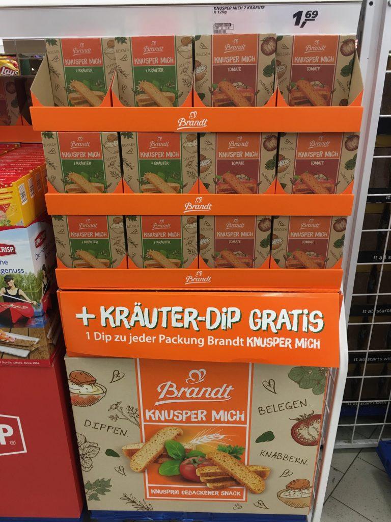 Auch Snacks wie dieses gerösteten, doppelt gebackenen Brotscheiben mit Dip von Brandt Zwieback, haben manchmal Aufsteller, wenn auch recht unspektakulär auf einer Euro-Palette aufbauen.