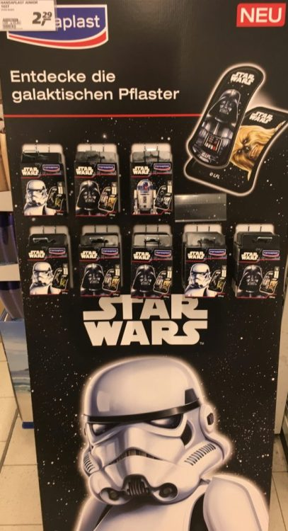 Das sind keine Süßwaren und gehören deshalb nicht hier her, aber ich fand den Aufsteller so toll: Hansaplast Heftpflaster im Star Wars-Look!