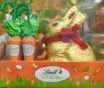 Ostergebinde von Lindt mit Schokokarotten und dem Goldhasen mit Glöckchen. Allerdings erinnern die Karotten doch stark an die Schokoschirmchen von Küfferle aus Österreich - wer hat hier von wem abgekupfert?!