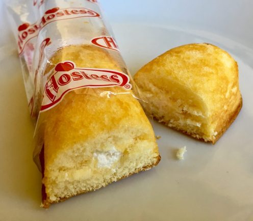 Die u.a. aus den Filmen Ghostbusters und Zombieland weltweit berühmt gewordenen Twinkies von Hostess schmecken ehrlich gesagt wie haltbarer Kuchen mit einem Klecks Cremefüllung darin. Das Vanille-Aroma der Füllung hat eine ganz leicht medizinisch-bittere Note wie ich das von manchen Vanille-Sprudeln und Kaugummis kenne, so minimal antiseptisch. Was Tallahassee alias Woody Harrelson daran jetzt so toll fand, dass er einen Zombienahkampf dafür in Kauf nahm, wird mir nicht klar. Hier ist die Szene mit dem havarierten Twinkie-Truck: https://youtu.be/MeS6DvyLScE
