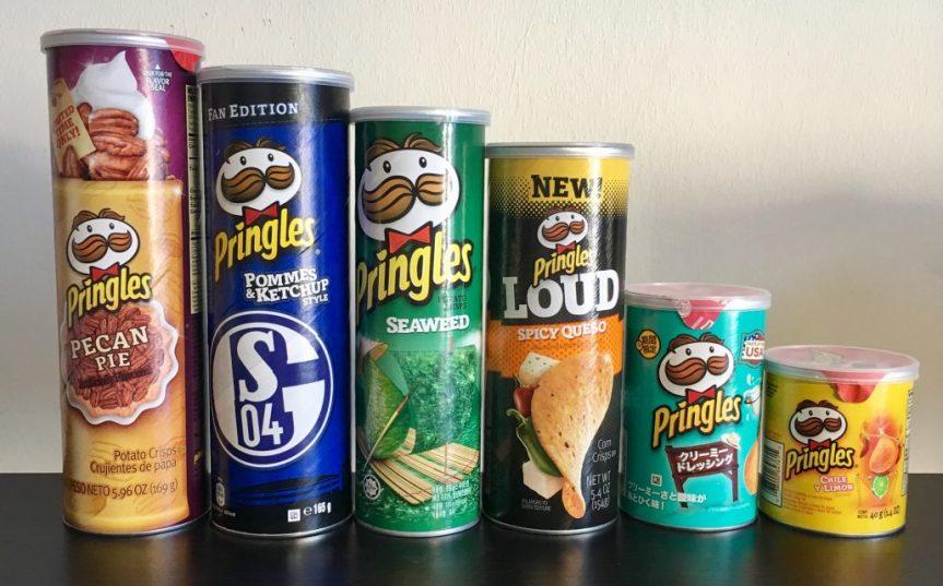 Verschieden große Pringles-Dosen aus Amerika, Europa und Asien