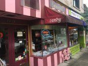 Außenansicht des kleinen Ladens in Multnomah.