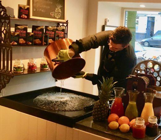 Markus Hofer von der Bonbonmanufaktur Familie Hofer gießt erhitzte Glukose aus