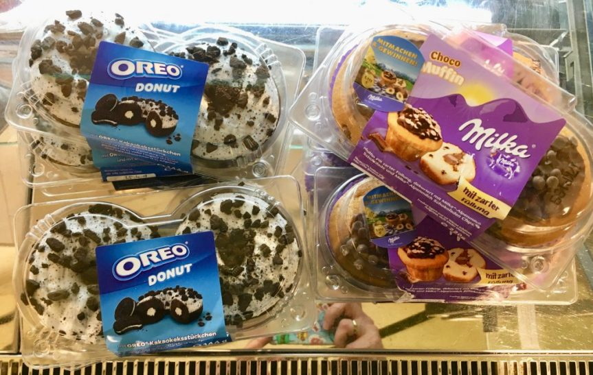 Süßigkeitenmarken auf frischen Backwaren: Nutella-Muffins, Oreo-Donuts und Rolo-Kekse