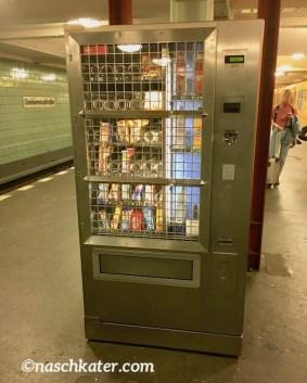 Vergitterter Süßwarenautomat am U-Bahnhof Gneisenaustraße Berlin