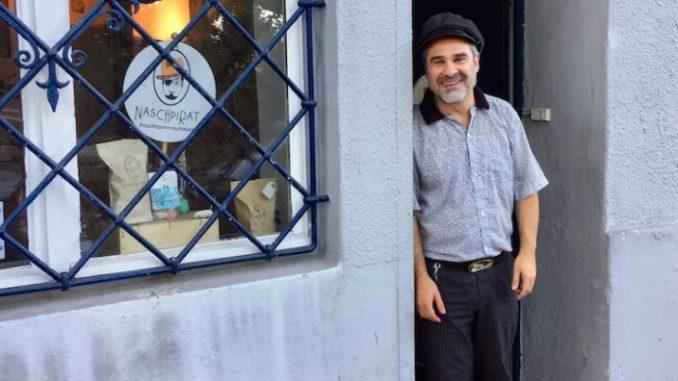 Naschpirat Emmanuel Mangiapane vor seinem Laden in der Bautzener Straße 14