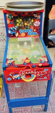 Süßwarenautomaten Dieser Flipper ist ein Kaugummiautomat! Gesehen auf Mallorca.