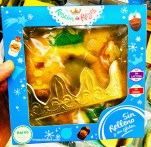 """Ein gekühlter, spanischer Weihnachtskuchen """"Roscon de Reyes"""" mit beiliegendem Krönchen."""