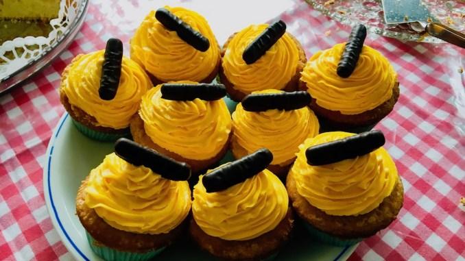 Cupcakes mit Erfrischungsstäbchen drauf