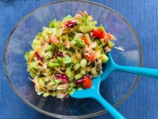 Große Glasschüssel mit Thunfisch-Blattsalat