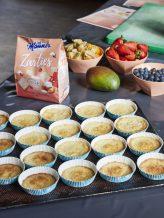 Im Teigboden der Muffins sind Erdbeer-Zarties verarbeitet.