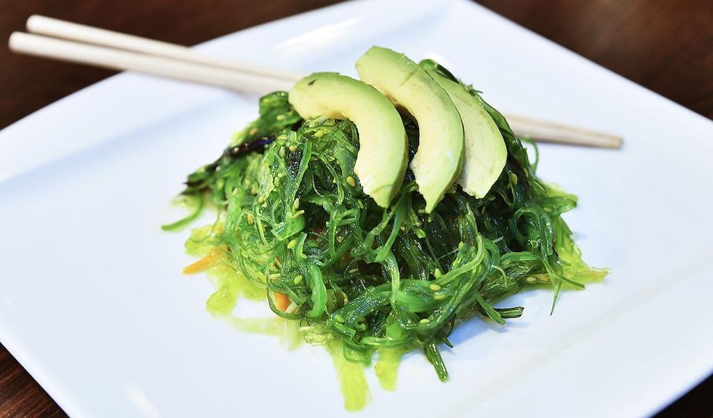 Spirulina-Algen als Zutat für Süßigkeiten und Snacks