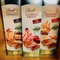 Lindt Tiramisu Amarena-Kirsch und Krokant-Becher Tafelschokoladen Eiskrem-Art