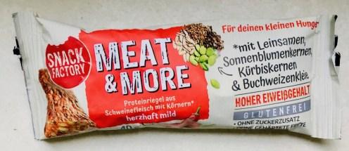 Snack Factory Meat+More Proteinriegel aus Schweinefleisch mit Körnern herzhaft mild mit Leinsamen, Sonnenblumenkernen, Kürbiskernen und Buchweizenkleie.