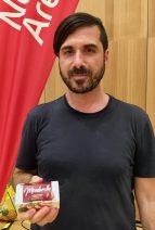 Piero Brunetti zeigt seinen Mandelkäse Mondarella