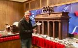 Der etwas abgekämpfe Naschkater nach einer weitläufigen Wanderung durch Berlin im Schokoladenhaus von Rausch am Brandenburger Tor aus Schokolade
