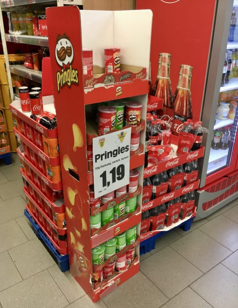 Pringles Midi und Cocoa Cola Doppeldisplay Midi-Pringles-Dosen EDEKA