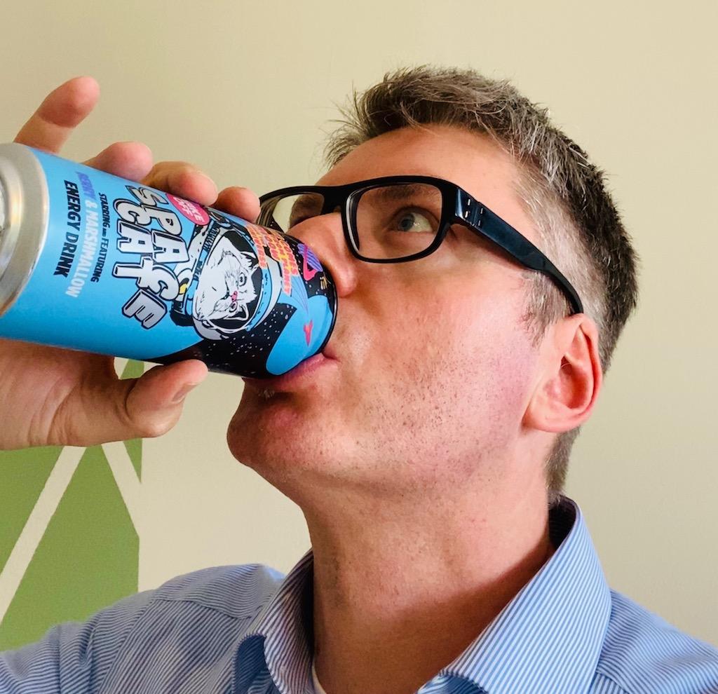 Naschkater trinkt SpaceCat Energydrink