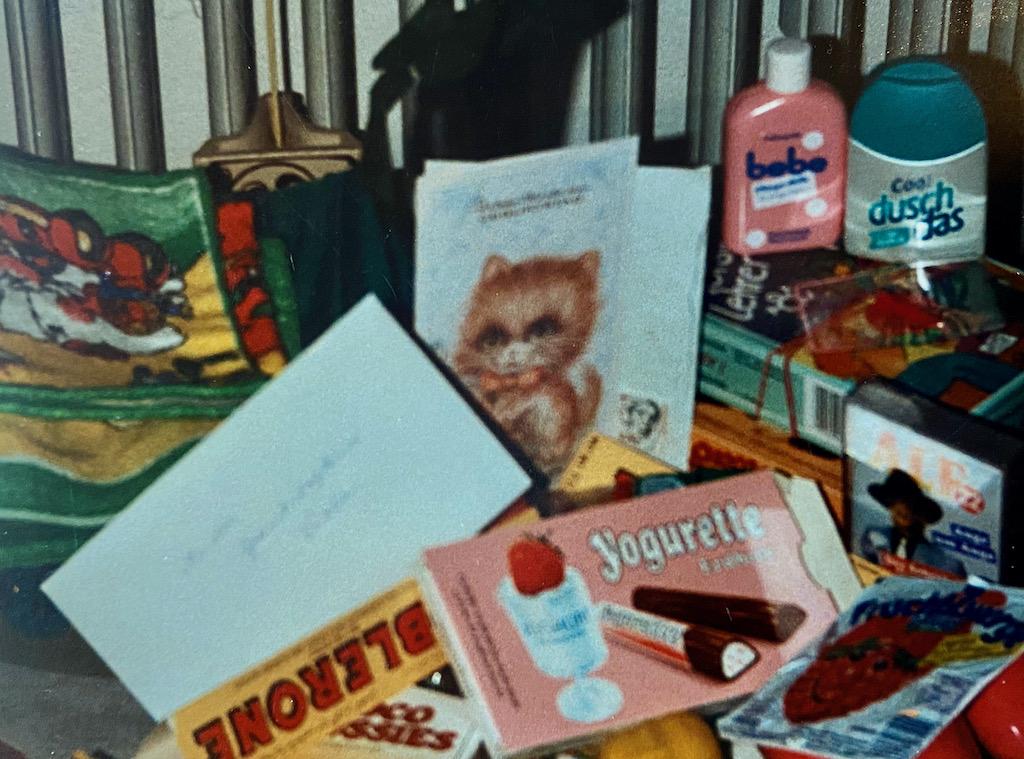 Geburtstagsgeschenketisch anno 1982 mit Yogurette-Fruchtzwergen-Toblerone