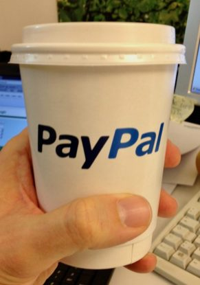 Kaffeebecher to go vom Paypal-Popup Store in Berlin