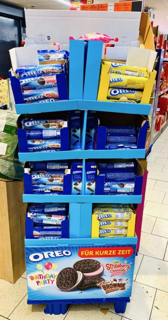 Mondelez Oreo Birthday Party+Blonde Display fällt auseinander
