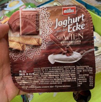 Müller Joghurt mit der Ecke à la Wien Waffelröllchen 140G
