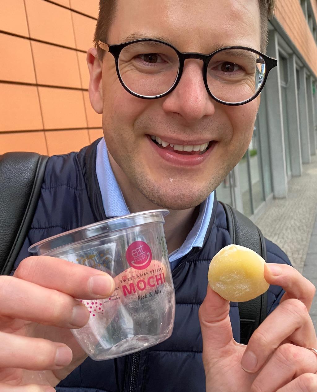 Florian präsentiert ein Mango-Mochi