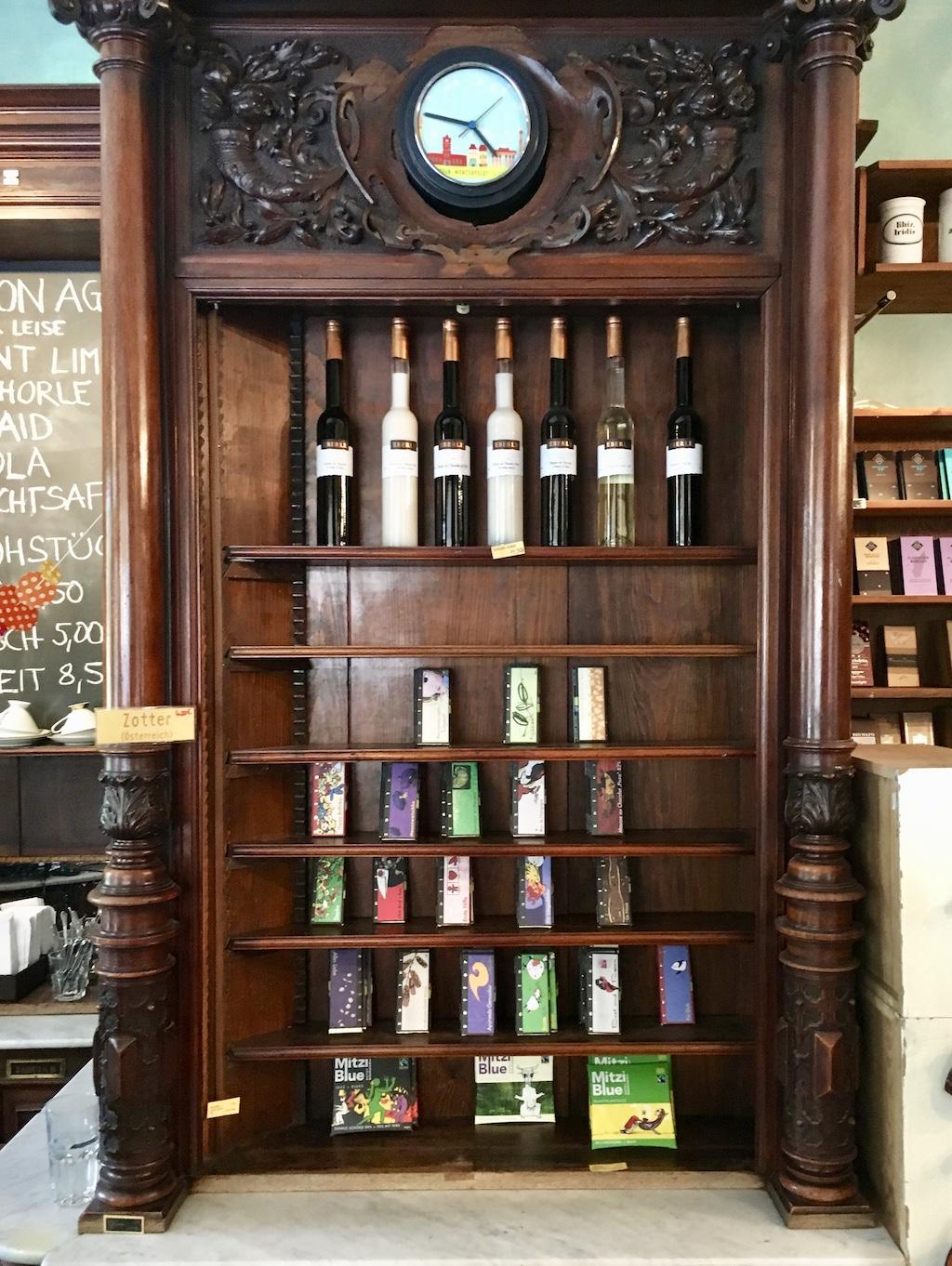 Winterfeldt-Café Präsentation von Likören und Schokoladen im alten Apotehekerregal