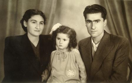 Семейное фото: папа, мама и я.