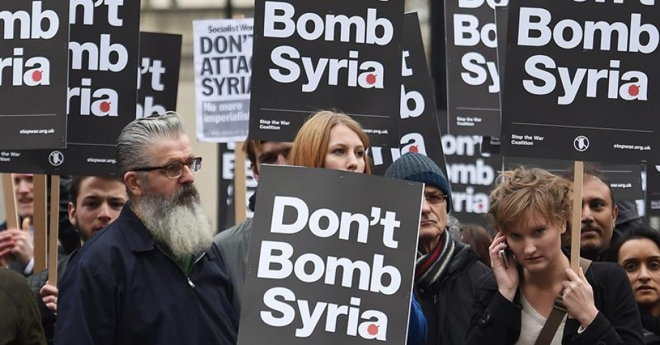 Demonstrators protest against British bombing of Syria outside Downing Street in London, Britain, 28 November 2015. British Prime Minister David Cameron is calling on MP's to vote for Britain to join France with bombing raids against ISIS in Syria. (EPA/ANDY RAIN)
