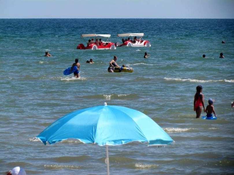 На Арабатской стрелке курортный сезон в разгаре (Фото, видео)
