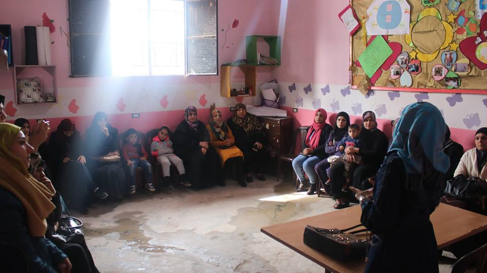 ناشط تنظم محاضرة حول تربية الابناء في مخيم عين الحلوة