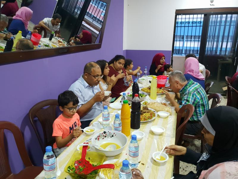 عائلة ناشط تقيم إفطارها السنوي