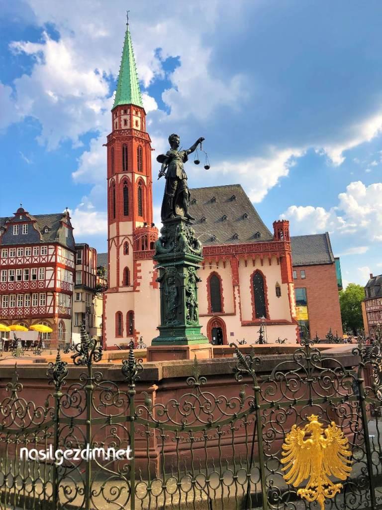 frankfurt gezilecek yerler, fountain of justice frankfurt, frankfurt gezi rehberi, gerechtigkeitsbrunnen
